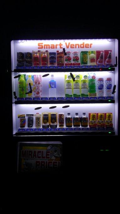 夜に自販機をふと見てみたらめちゃデカくてキモイ虫がまとわり