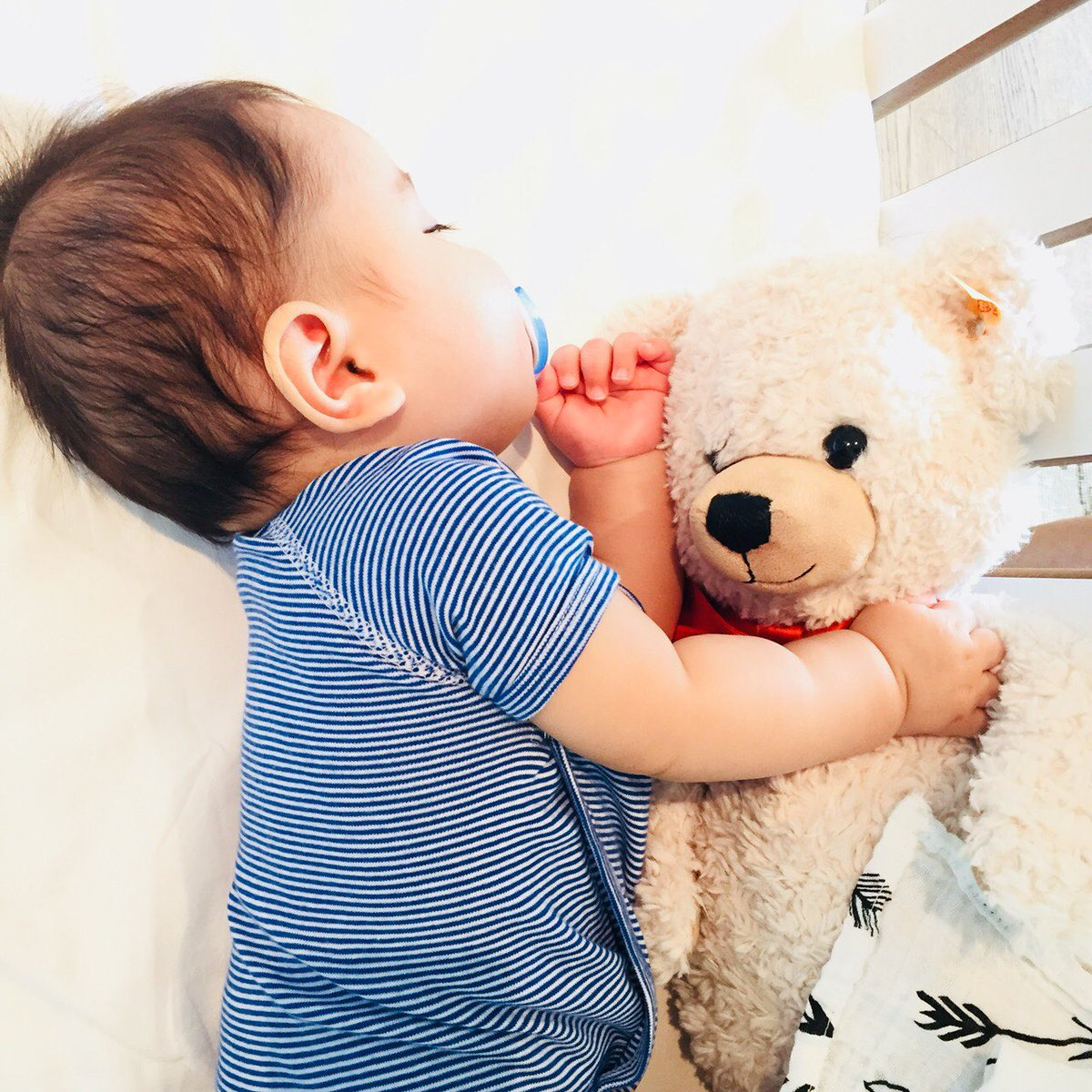 真司からもらった熊のぬいぐるみを抱いて寝る息子。 かなりお気に入りみたい。 プレゼントまでセンスあるってさすがShinji Kagawa😆👏 Present from @S_Kagawa0317