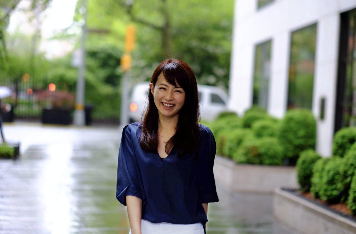 平井理央ネイビートップスが素敵な笑顔画像