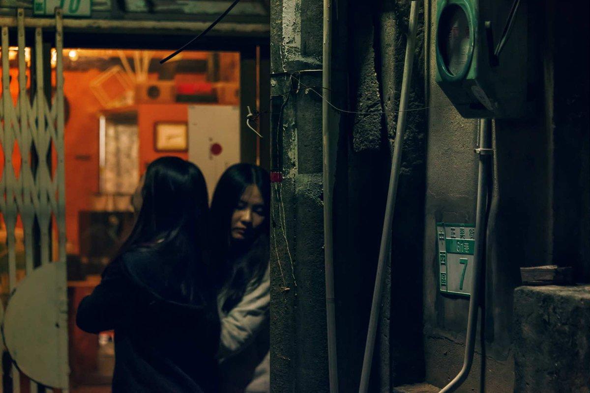 台南正興街的小巷是出了名的有味道,平常斑駁的老屋其實走起來要有點勇氣,除非剛好是在熱鬧的佳節時刻,偶而可以捕捉到路過巷口的年輕女性。 . . #正興街 #台南 #今日もx日和 #老街 #taiwan #台灣 #人 #streets #攝影 #散步 #人物写真 #街頭攝影 #路地 #ほふく撮影隊 #巷子 #若い女 #女性 ##路地裏