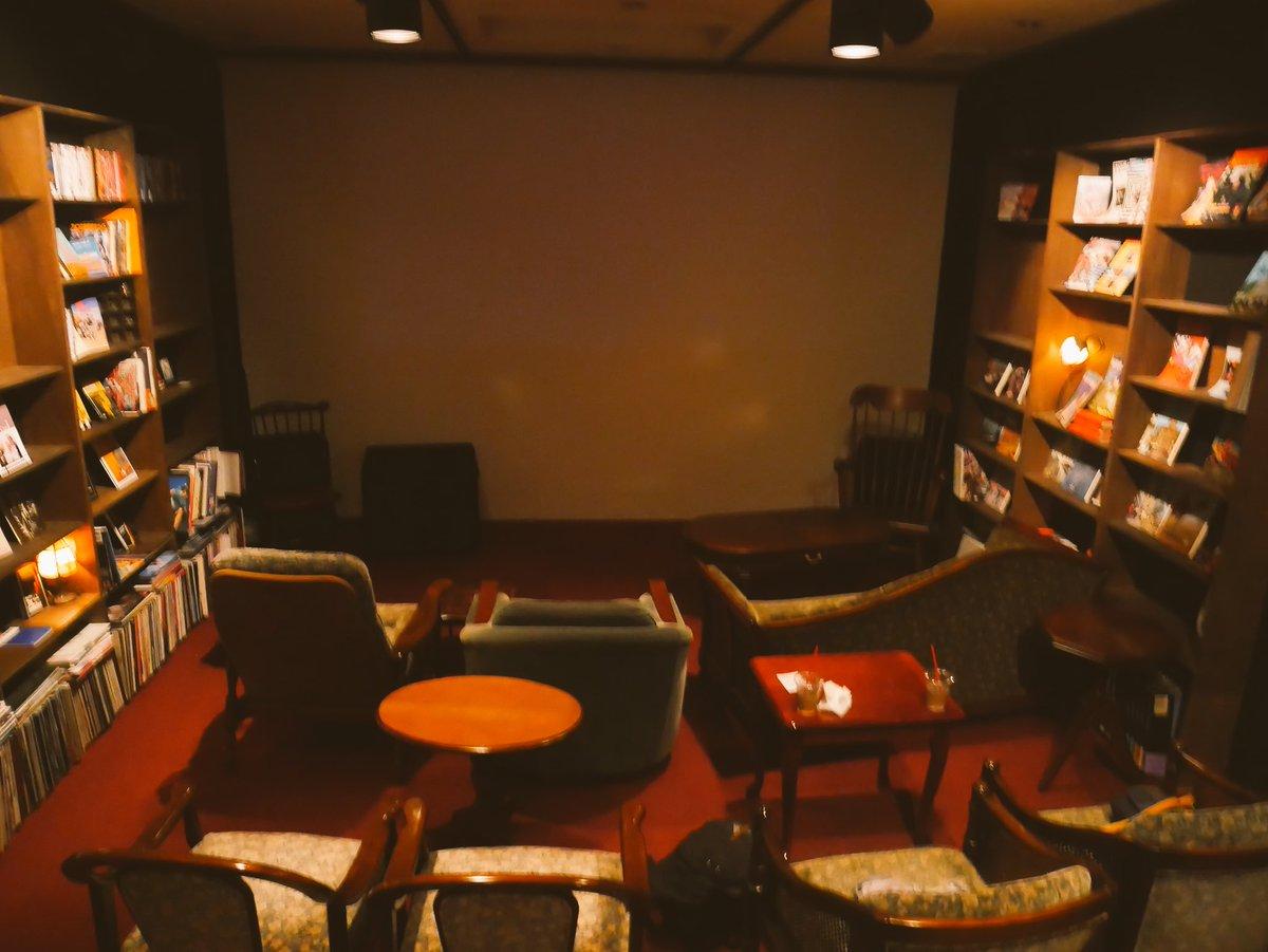 映画好きの方にオススメしたい場所は、「シネコヤ」です。  食事をしながら映画を観ることができる日本に希少の映画館。入場料を払えば一日中出入り自由なので、朝から行けば何回映画を観ても料金が変わらないので超お得!洋館のような雰囲気が最高です。