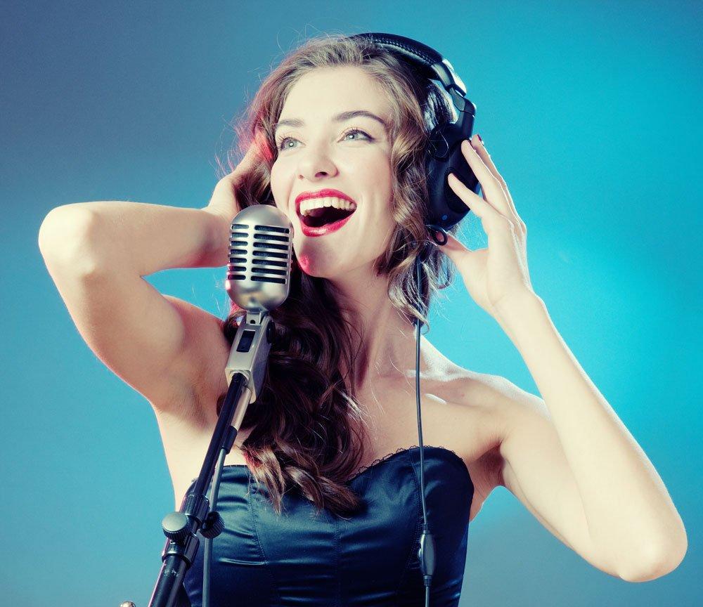 фото певицы с микрофоном твоя