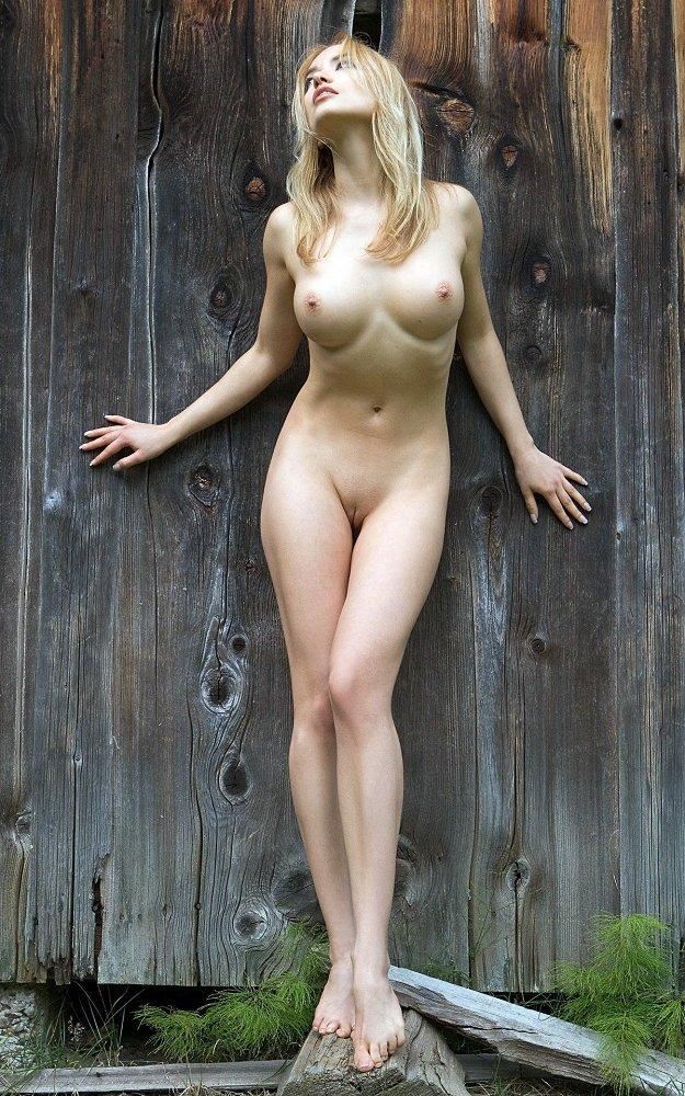 Пьяных голые девчонки возле столба