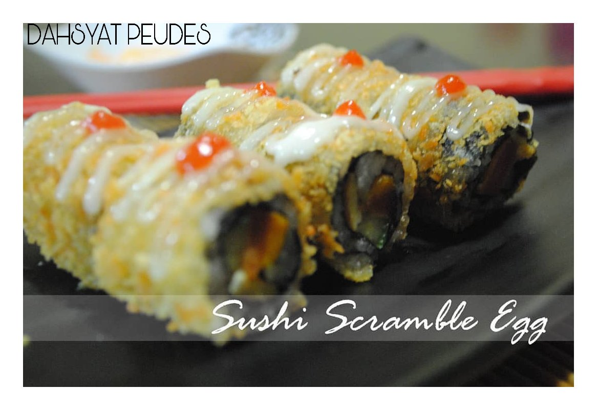 Masih dalam episode #Sushi. Sushi yg di gambar ini namanya #SushiScrambleEgg.   Sushi Scramble Egg sendiri terdiri dari Telur, Sosis, Mayonais, Timun dan Nori serta dibalut tepung roti. Nyum! Yuk cobain!  #dahsyatpeudes #kulinertangsel #kulinerciputat #kulinerpamulang