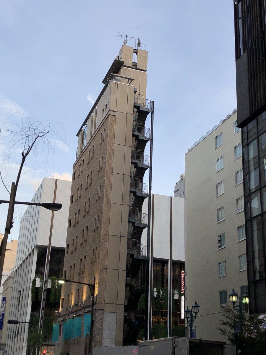 まるで舞台のセットw重厚感あふれる建物を横から見るとwww