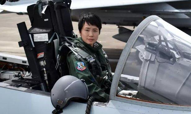 شابة تتولى مهامها كأول قائدة طائرة مقاتلة في اليابان DlYt8Z7XsAYFv7q