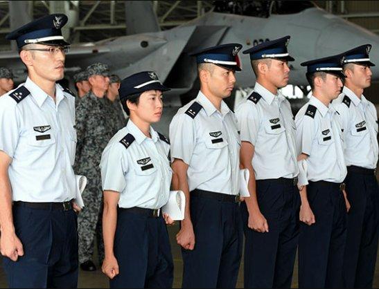 شابة تتولى مهامها كأول قائدة طائرة مقاتلة في اليابان DlZHIqIXoAIl0Sn