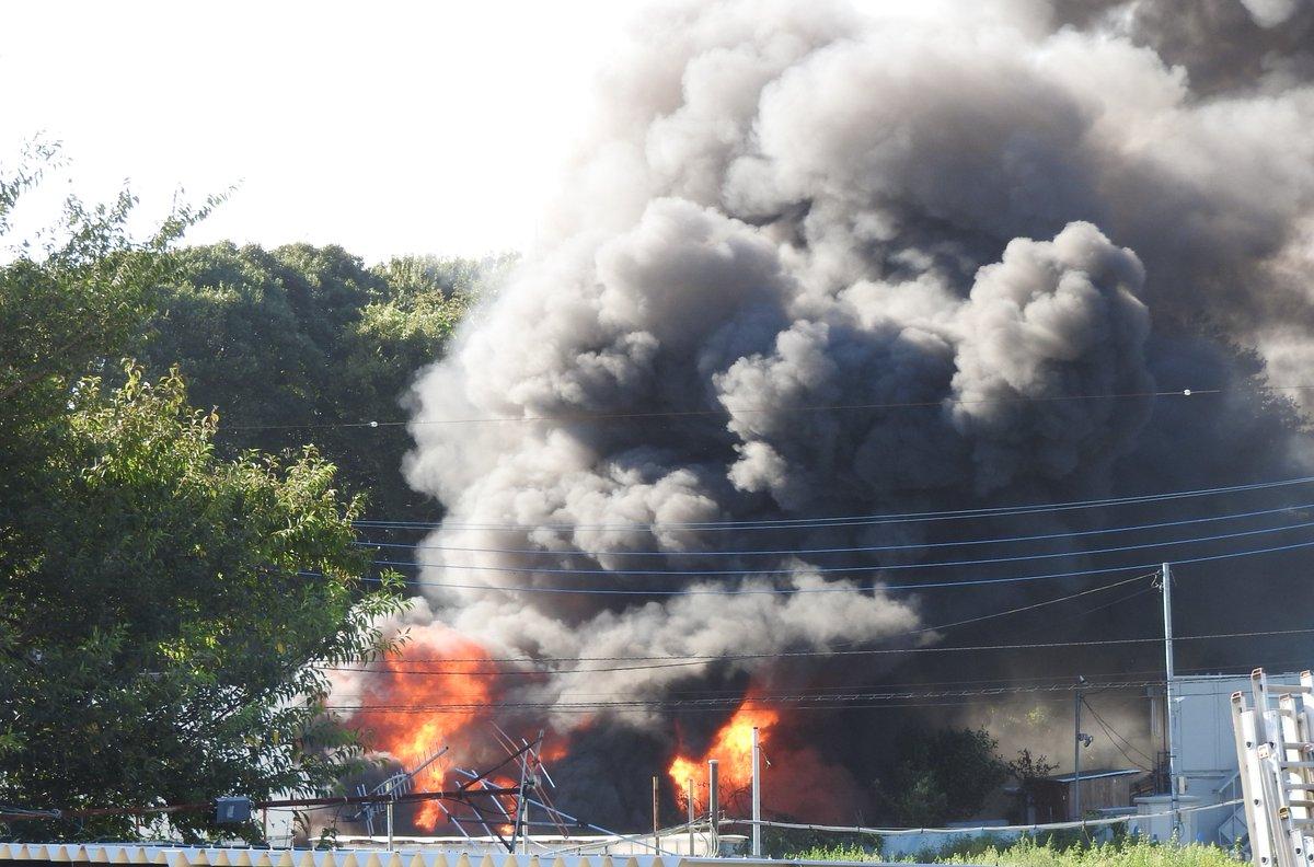 柏市酒井根で大量の黒煙を上げる火事の現場の画像