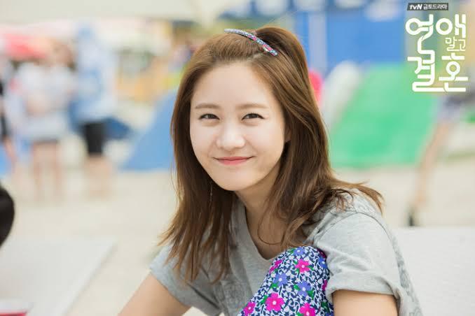 Yoona vanhemmat erosivat, kun hän oli pieni ja hän oli holhous isänsä yhdessä siskonsa 5 Vokalisti ja Dancer Family: Vanhemmat ja nuorempi veli Lee Sung Jin.