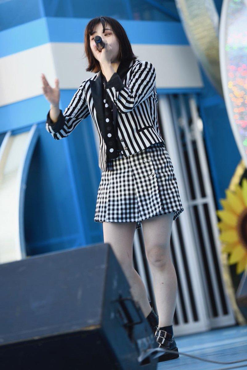 ミニスカート姿の西山喜久恵さん