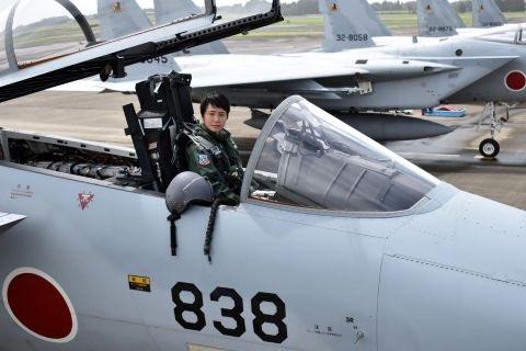 شابة تتولى مهامها كأول قائدة طائرة مقاتلة في اليابان DlccggqWwAEOTW5