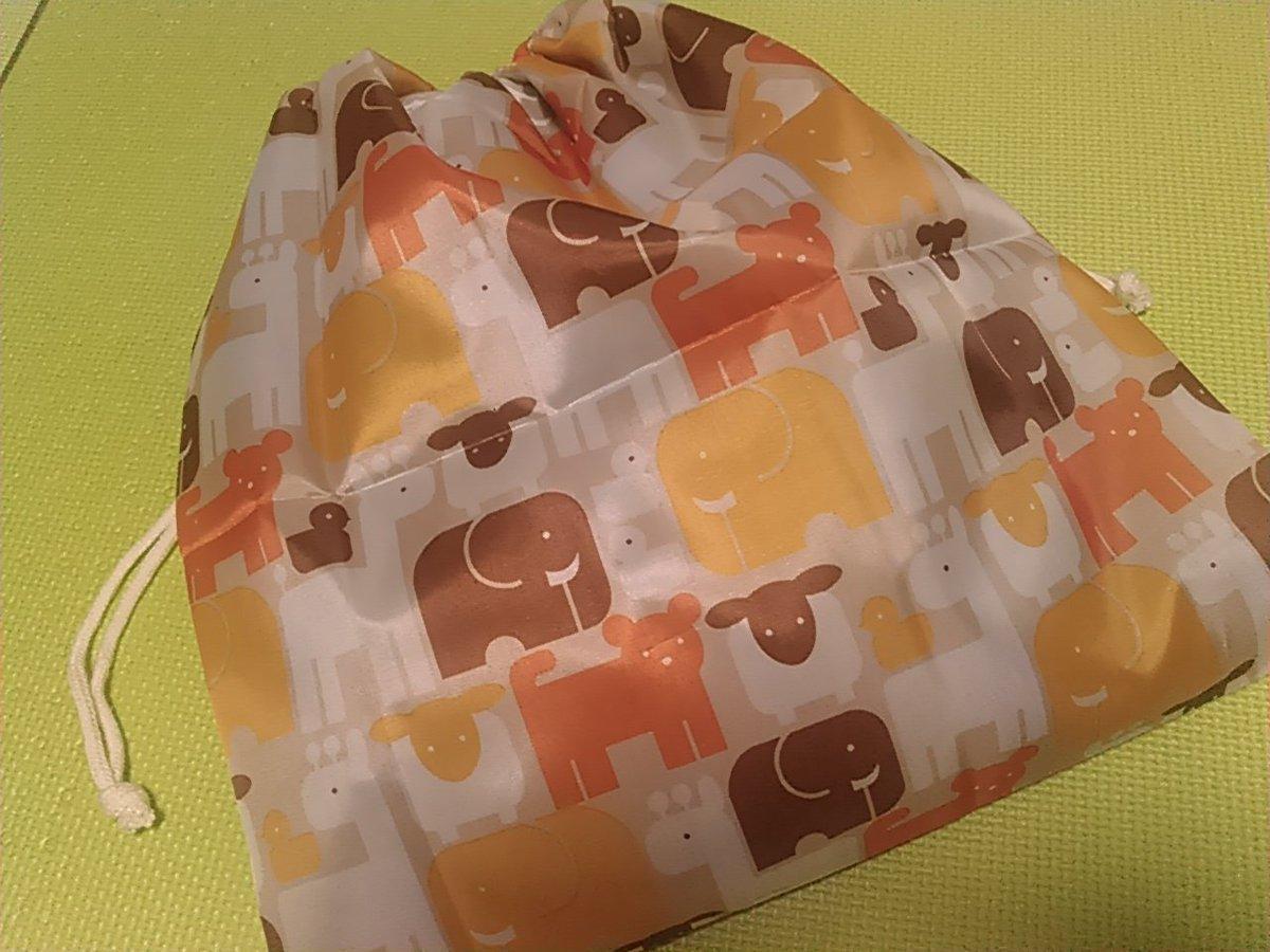 test ツイッターメディア - 100均の吸水タオルといつ買ったのかわからないこれも100均のポリエステル布(子ども向け柄)で自分用のレインコート入れる巾着作った しかもミシンの調子が怪しい&出すの面倒で手縫いしたったw 暇人過ぎる #ダイソー #100均 #100均カットクロス https://t.co/AGJE2qC9jE