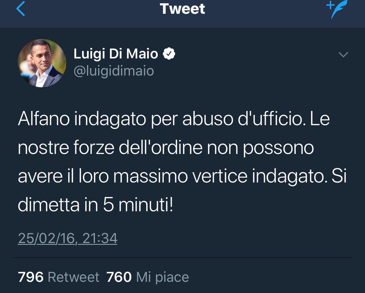"""Salvini indagato per sequestro di persona, arresto illegale e abuso d'ufficio. L'ultima volta che un ministro dell'Interno venne indagato per abuso d'ufficio,  chiese le sue dimissioni """"entro cinque minuti"""". Lo farà anche oggi, no?   #onestà#cambiamento#faccetarzan"""