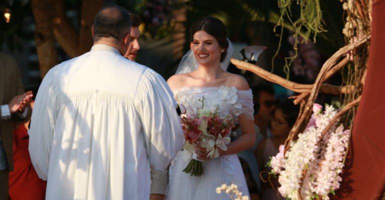 Camila Queiroz e Klebber Toledo se casam em Jericoacoara, no Ceará   Saiba tudo que rolou no casamento dos atores --> https://t.co/0APOnA9OAo