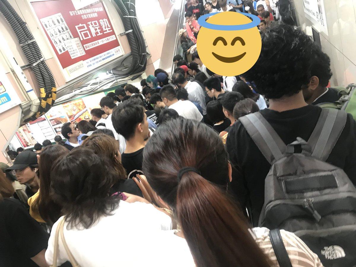 新大久保駅が人混みで入場規制が掛かった現場の画像