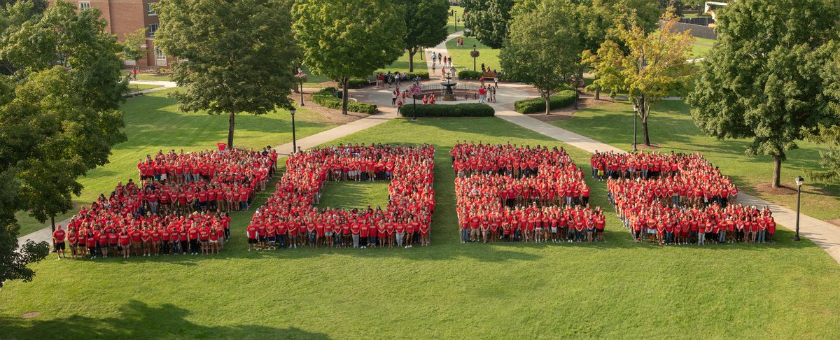 The Radford University Class Of 2022 Posses For A Large Group Photo On The  Heth Lawn