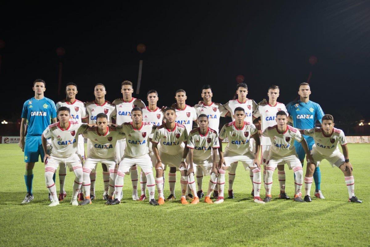 É CAMPEÃÃÃO! 🏆🇨🇳  Após empate em 1 a 1, os #GarotosDoNinho do sub-17 venceram o Villarreal por 5 a 4 nos pênaltis e conquistaram a Evergrande Cup U17, na China.  Mais um grande feito para a base do Mengão! Quinto título internacional no ano. #MadeInNinho ⚫🔴