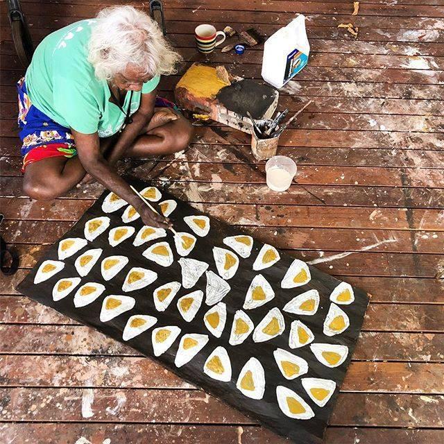 Mulkun painting some of her favourite Maypal (shellfish) Gipipi. #australiancontemporaryart #yolngupower #maypal #mulkunwirrpanda #barkpainting #indigenousart #painting https://ift.tt/2wpjODTpic.twitter.com/tZasWPMqx9
