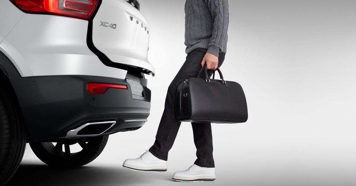 En el nuevo #Volvo #XC40 podés abrir el baúl eléctrico con solo pasar el pie por debajo del paragolpes trasero. Conocé más detalles en: https://t.co/eDUJ9flTEi #InnovatioMadeBySweden https://t.co/b1i3OMy2wl
