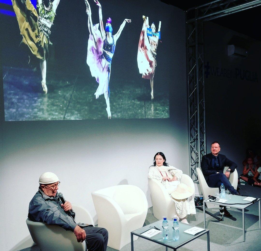 """Il #poloarticulturaturismo della @regionepuglia accoglie oggi la grande étoile #CarlaFracci che racconta la sua carriera di ballerina e la sua grande passione. """"Ho iniziato a danzare per puro caso"""". Il caso ha cambiato la sua vita!  - Ukustom"""