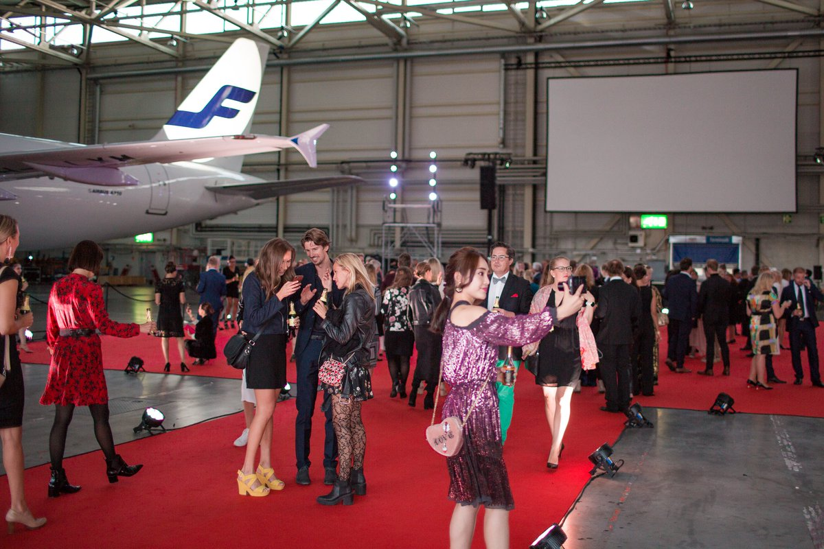 East and West Side Story premiered in a special event at Helsinki Airport, where an aircraft hangar was turned into a movie theater for a night. The film is out now at matchmadeinhel.com #matchmadeinhel #feelfinnair #smoothtravelling