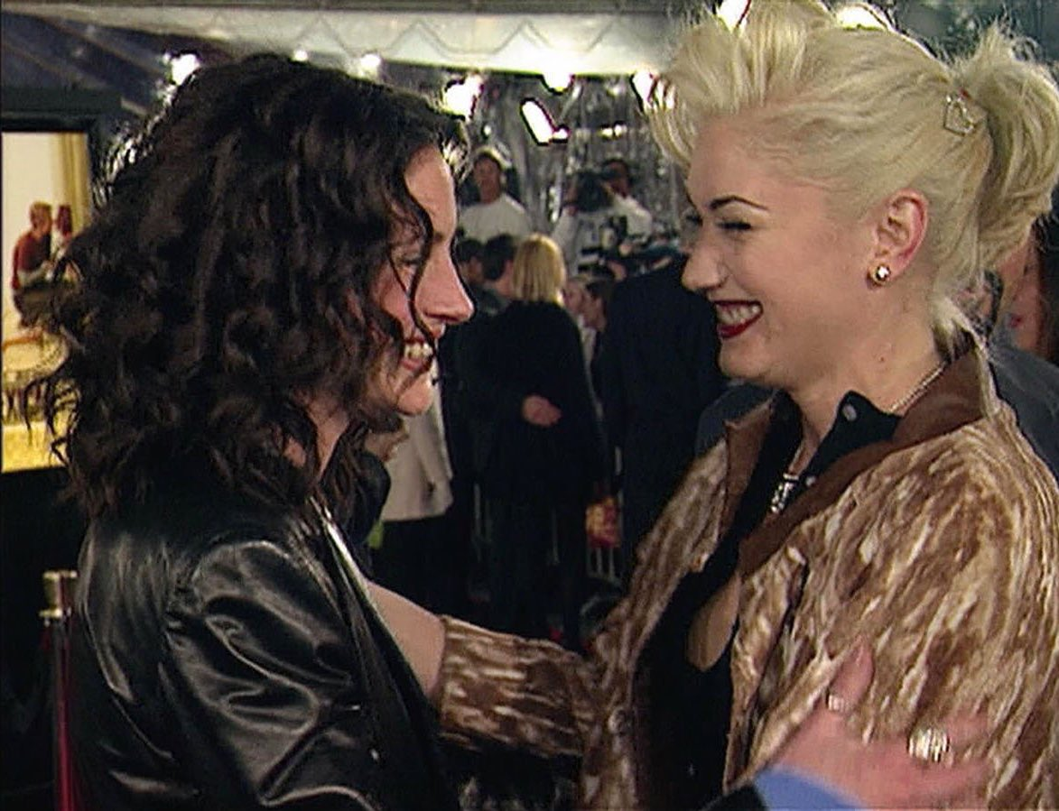 9. Julia Roberts and Gwen Stefani met on the red carpet with Access Holywood. Julia Roberts was delighted to see Gwen Stefani. However, they met for the first time, but it turned out they were both huge fans.