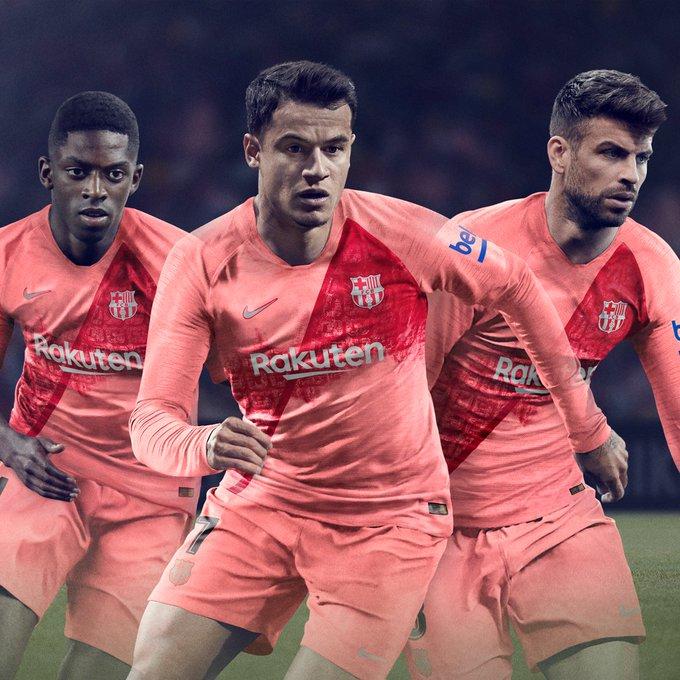 El Barcelona lanza su tercer uniforme el cual rinde homenaje a la ciudad donde milita el club. ¿Les gusta? Fotoğraf