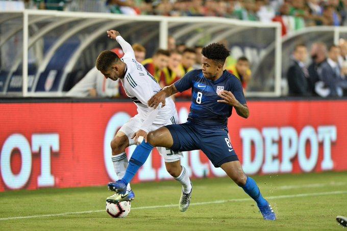 After further evaluation Wednesday morning, #USMNT midfielder @WMcKennie has been diagnosed with a bruised left knee. He has returned to Schalke to continue treatment. Foto