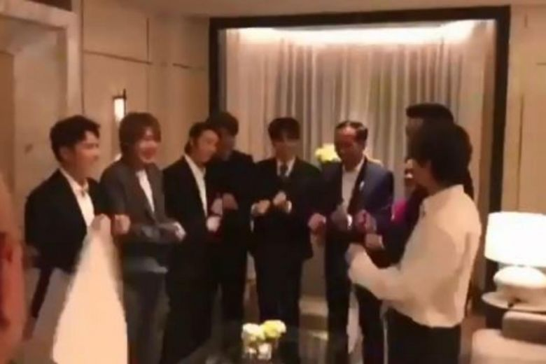 Indonesian President #Jokowi 'teaches' K-pop group #SuperJunior the rowing dance: Video https://t.co/RJUo9p1DOs