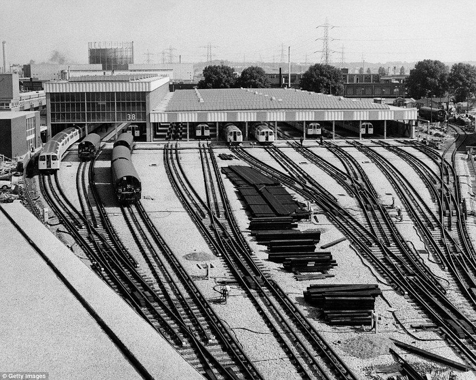 DmAlBMdXgAAHZRF - The Victoria Line's really big 50th birthday! #2