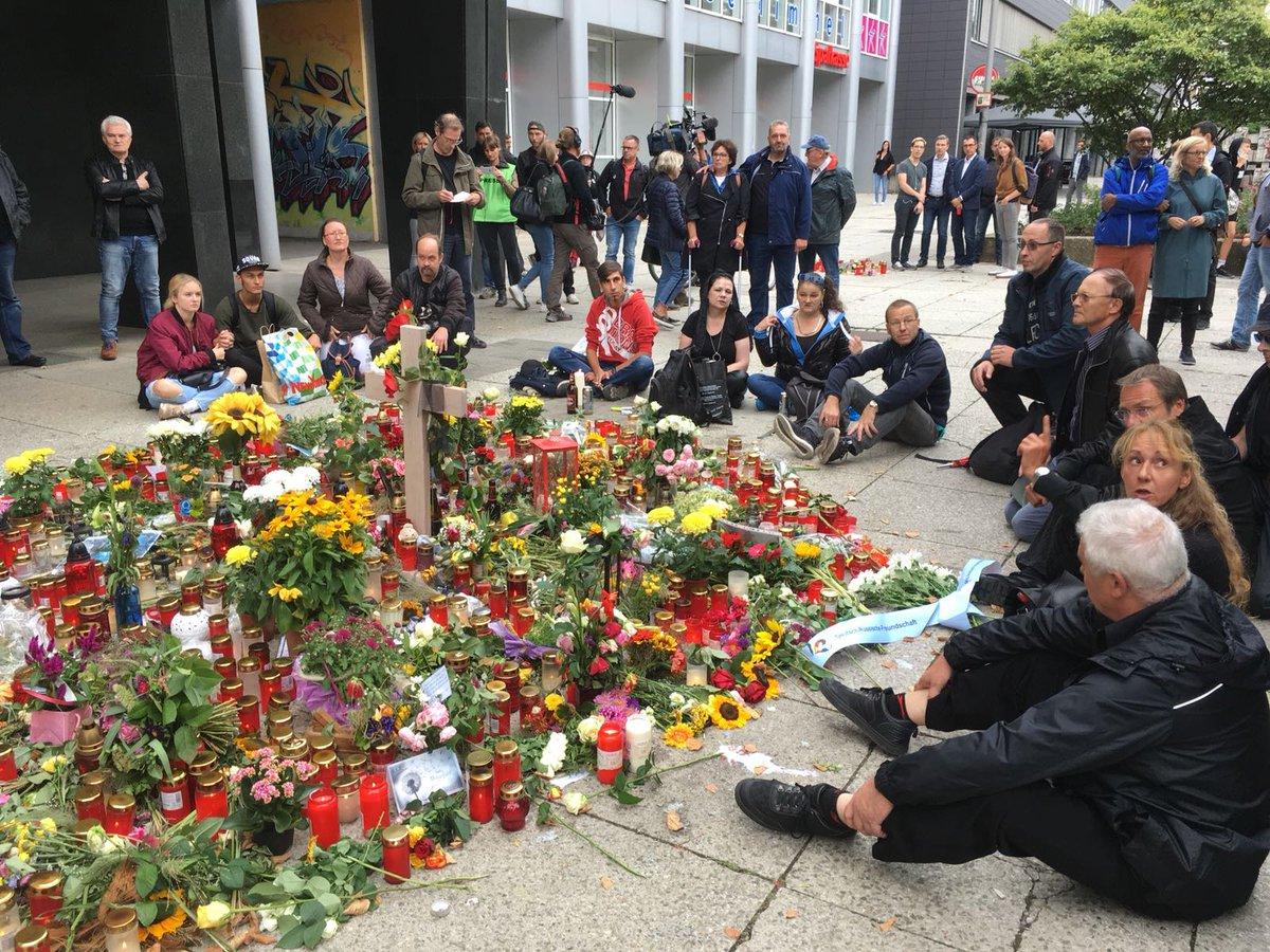 Journalisten werden von 'Wutbürgern' bepöbelt. Kollegen vom  werden an der Gedenkstätte für Daniel H. umringt. Polizei greift nicht ein. +++ Der LIVE-Ticker  https://t.co/8nFunZG5Wt#c0109