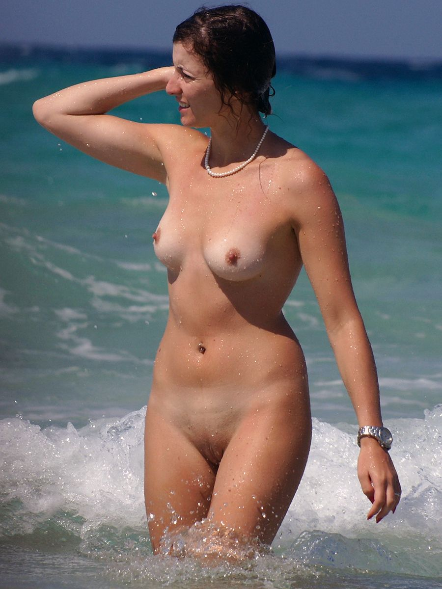 Topless beach woman pussy