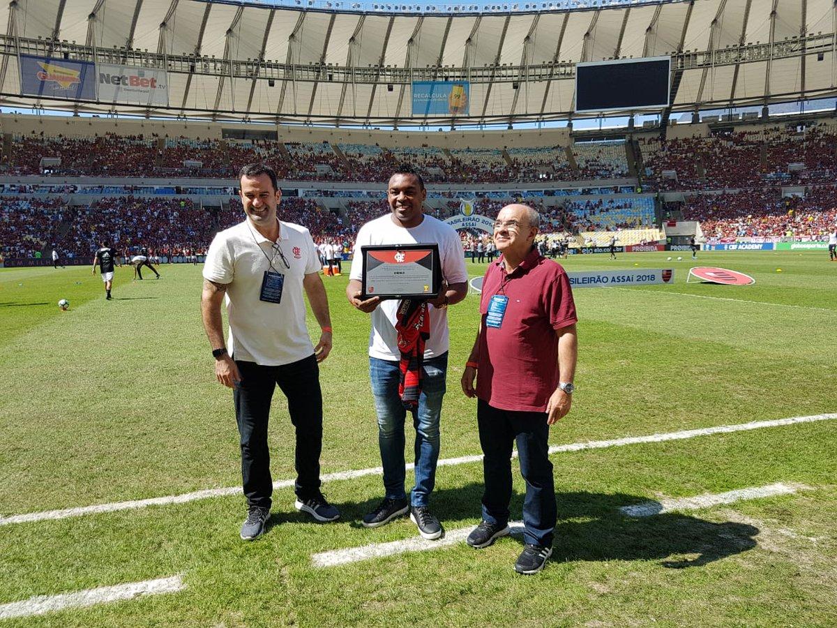 Encerrando sua carreira no futebol, nosso ídolo Obina recebeu uma homenagem no gramado do Maraca e foi ovacionado pela Nação! #FLAxCSC