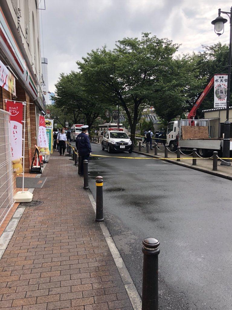 池袋駅北口付近の道路に警察官らが駆けつけ規制線を張っている現場画像