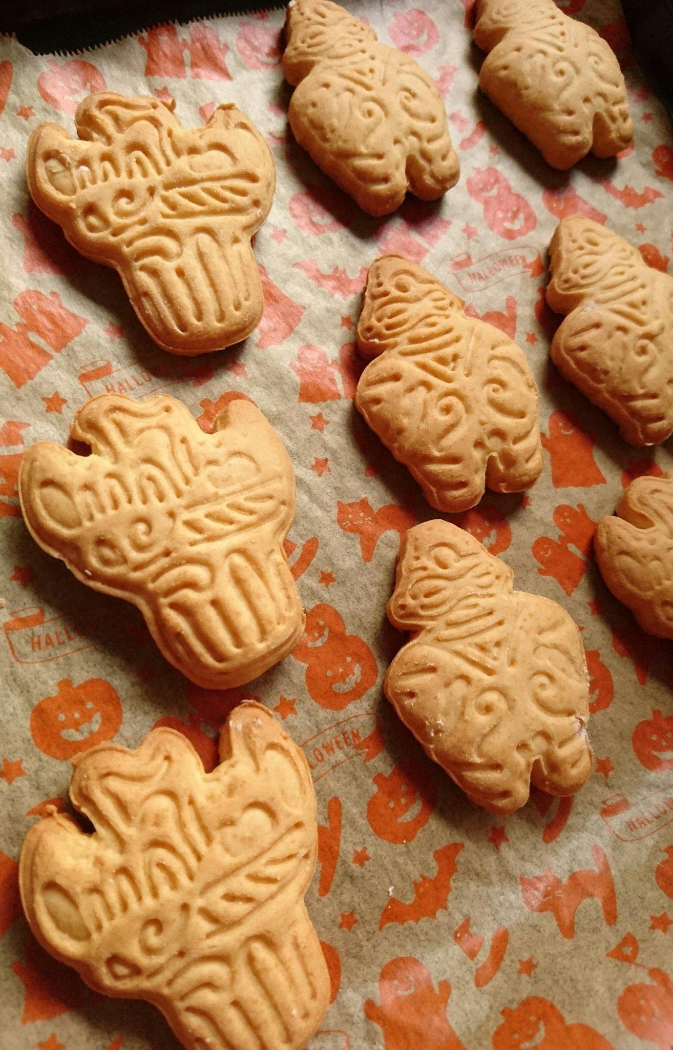 この間買ったクッキー型で縄文土器クッキー焼いたのだけどこれカワイイ……火焔型土器と遮光器土偶~😊😊<br>割れてもそれはそれで、それっぽい。