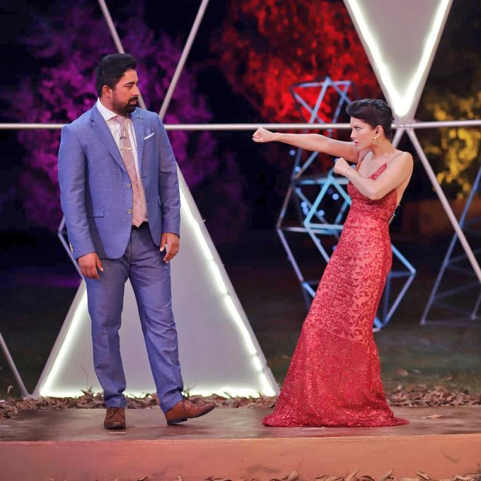 3 pic. Serious work happening on sets of @MTVSplitsvilla with @RannvijaySingha 😜  #SunnyLeone #SplitsvillaXI