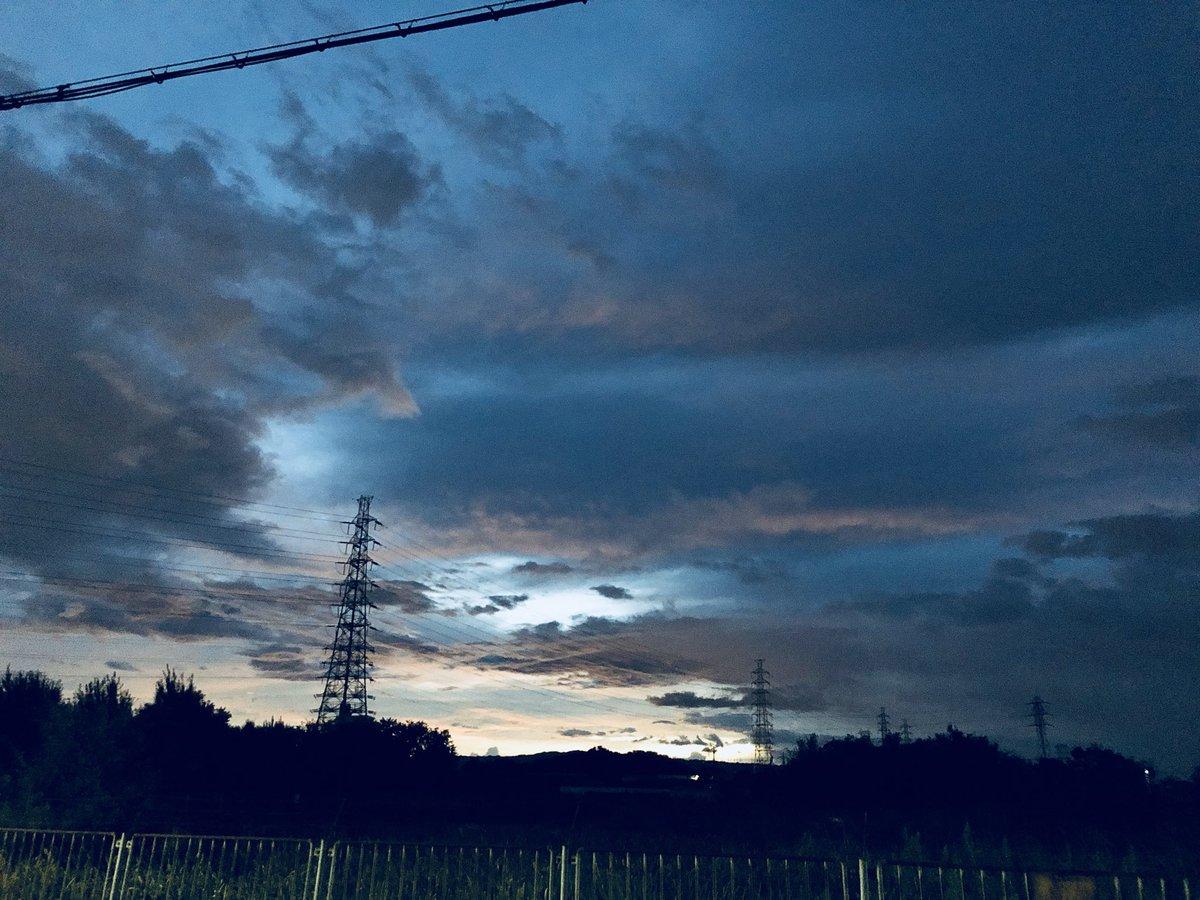 朝ラン完了!  4:15スタート  15km 台風が接近してるせいか、蒸し暑い朝、ラン中に暴風警報出て、会社が休みになると踏んで、ちょっとだけ長めに走ってきました。  さぁ、休み(自宅待機)(๑˃̵ᴗ˂̵) 何しよかなぁー(๑˃̵ᴗ˂̵)  #朝ラン #大泉緑地 #空がある風景  #朝空 #台風21号 #台風で休み pic.twitter.com/ojhl17wOZx