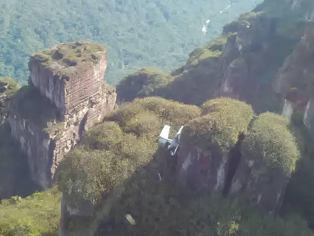 Encuentran siniestrada la avioneta reportada como desaparecida en Canaima: los seis tripulantes fallecieron DmMh-voW4AE9HPG