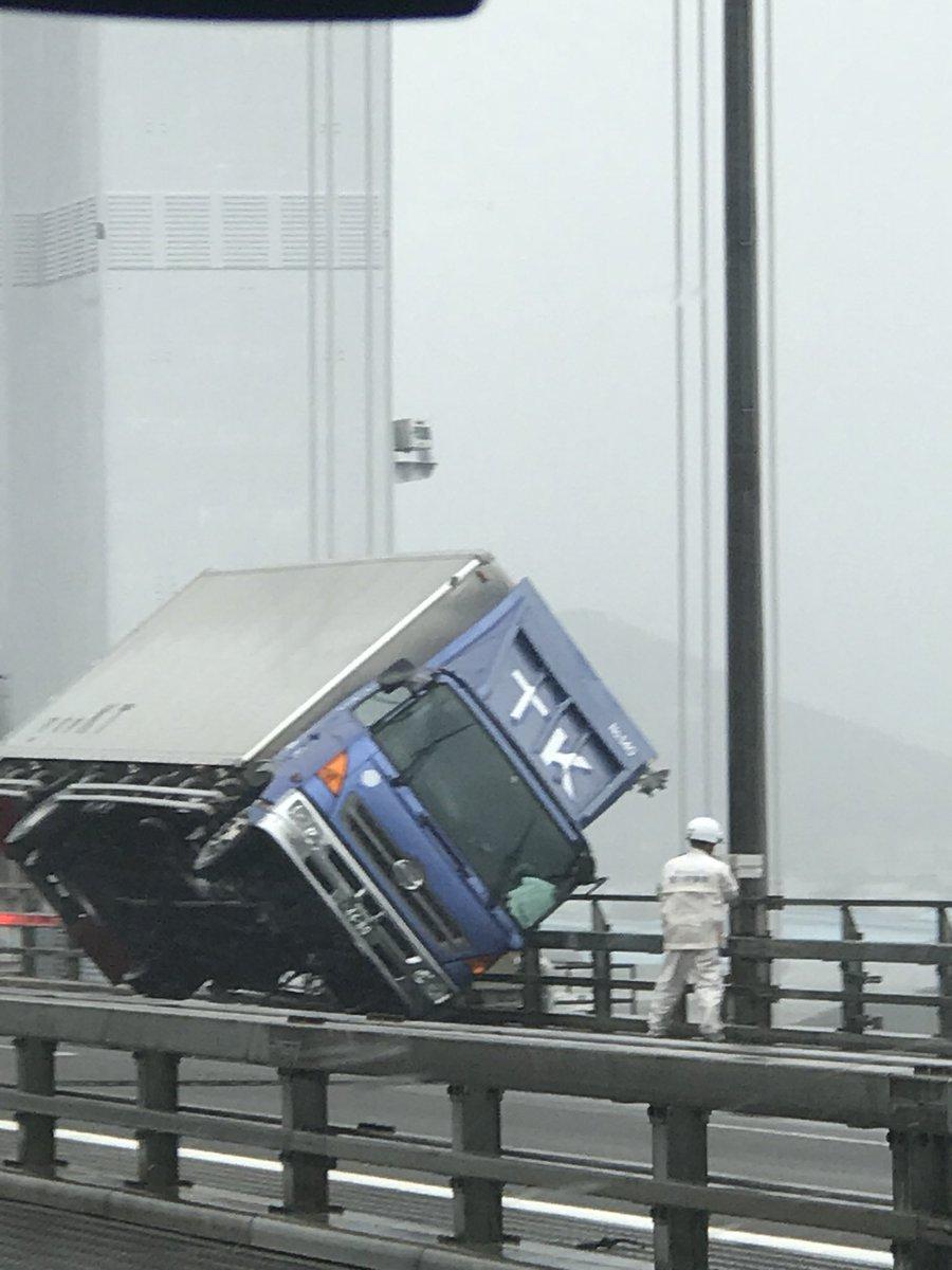 瀬戸大橋でトラックが台風の強風で横転した事故現場の画像