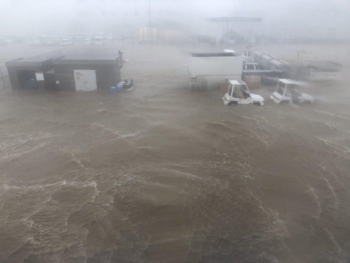 関西空港の滑走路が冠水している現場の画像