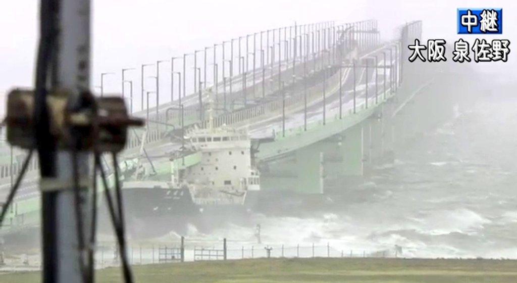 関西空港の連絡橋にタンカーが衝突している現場の画像
