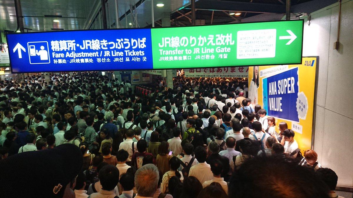 品川駅が台風の影響で混雑している構内の画像