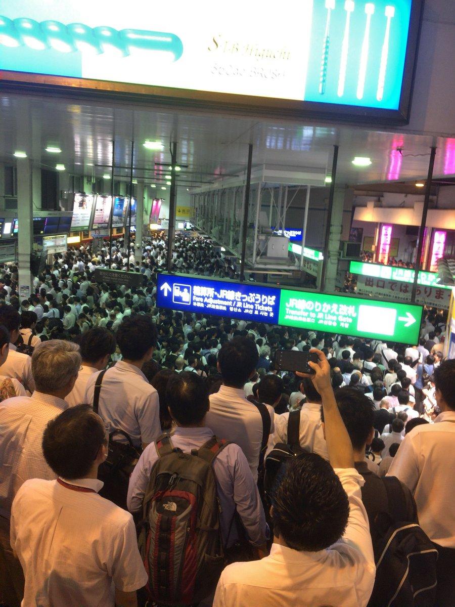東海道新幹線が止まり品川駅が大混雑している現場の画像