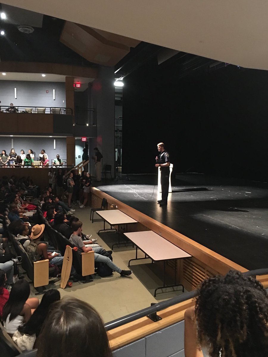 Wakefield SRO Det. Smithgall welcomes the freshman c/o 2022 ⁦<a target='_blank' href='http://twitter.com/ArlingtonVaPD'>@ArlingtonVaPD</a>⁩ <a target='_blank' href='https://t.co/MCNzEKq1Mm'>https://t.co/MCNzEKq1Mm</a>