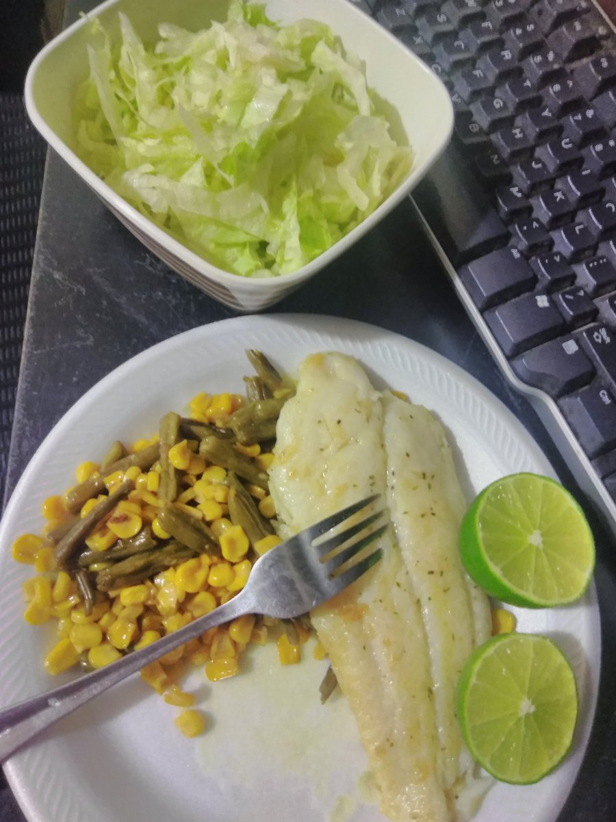 Having dinner... Yummy... #fish #lettuce #lemon 🌽 #corn #dinner #yummy #sait https://t.co/krhvXpW5RJ