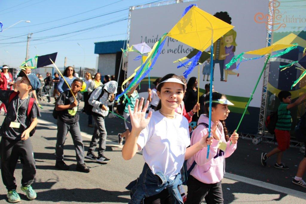 "#carapicuiba -  O desfile de 7 de Setembro, na cidade de Carapicuíba, celebrou a Independência do Brasil e trouxe para o desfile cívico-militar deste ano o tema ""Escola e Família"". Mais no Link: http://4et.us/bCQ63JHqhkjQvX6N8… #desfile #7setembro #escola #familia #cafediario"