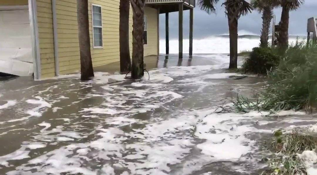Home taking a beating already from Storm Surge in North Topsail Beach, NC. #Florence https://t.co/Suot4bdkYk