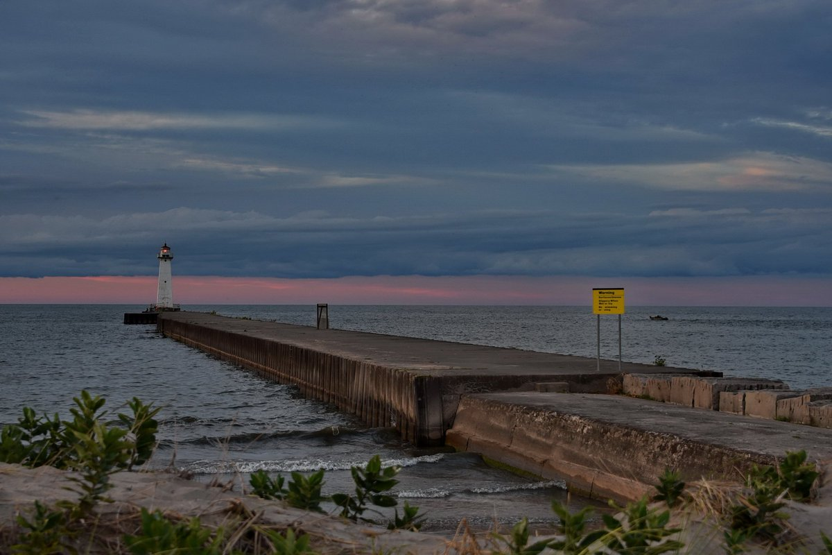 Lights out on Lake Ontario (photo)