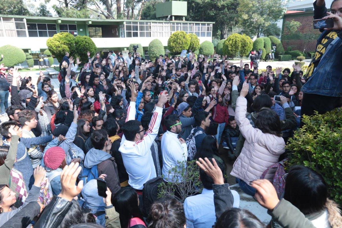 En la facultad de #CienciasPolíticasySociales de la #UAEMex la comunidad #universitaria realizó una asamblea para organizar las movilizaciones del lunes con el fin de exigir justicia por #DeniAuroraHernández, quien fue encontrada sin vida sobre la carretera México-Toluca #mileniopic.twitter.com/NIQDlEGsWd