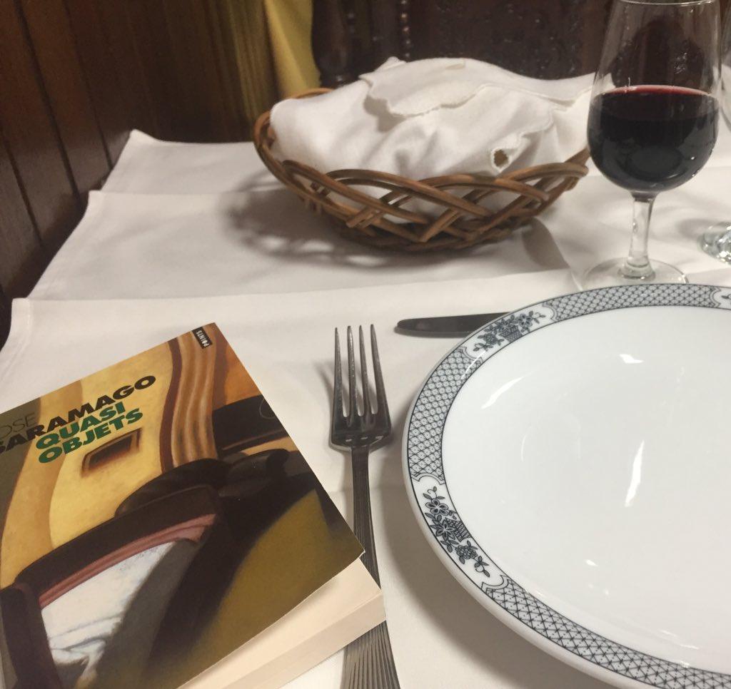 [#VendrediLecture]  Un livre portugais acheté dans la plus vieille librairie du monde (1732!  j'ai même eu un tampon!)...... et entamé dans un petit restaurant de Lisbonne avec un verre de porto #QuasiObjets #Saramago  - FestivalFocus